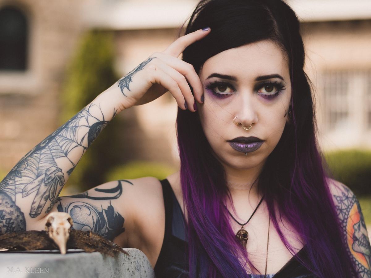 Model Sara Lynn in Greenwood Cemetery in Rockford, Illinois.